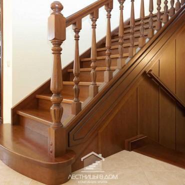 Классическая лестница на тетивах с точеными столбами в г. Павловский Посад