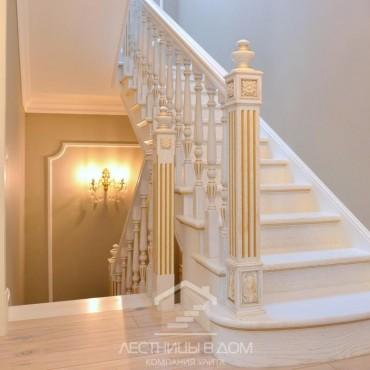 Светлая классическая лестница из ясеня на бетоне, г. Мытищи