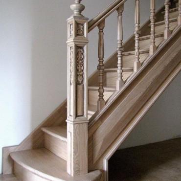Изящная лестница из массива ясеня г. Железнодорожный