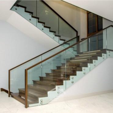 Обшивка лестницы на бетоне с ограждением из стекла, Московская область