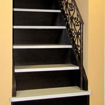 Обшивка готовой бетонной лестницы с кованым ограждением, г.Железнодорожный