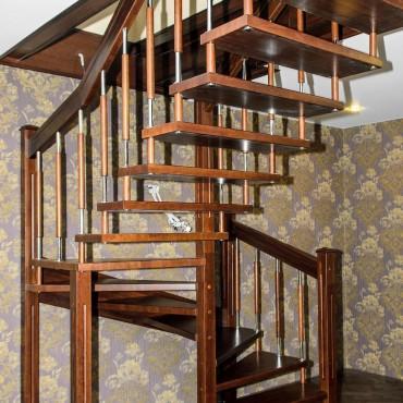 Лестница на больцах с комбинированными балясинами,  г. Железнодорожный и Московская область