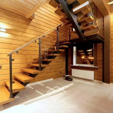 Лестница на монокосоуре со стеклянным ограждением, г. Руза