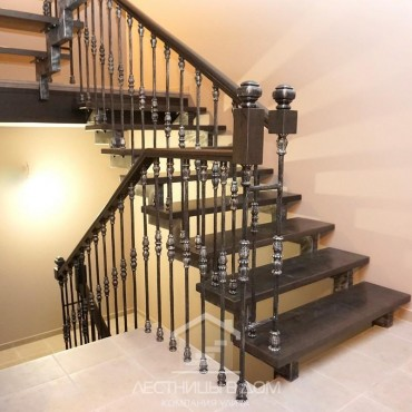 Металлическая лестница с деревянными ступенями и коваными балясинами, г. Мытищи