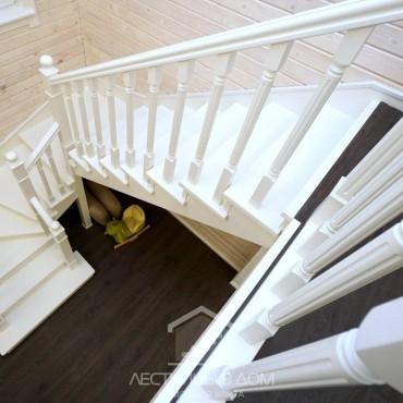 Белая лестница из бука на второй этаж, г. Химки