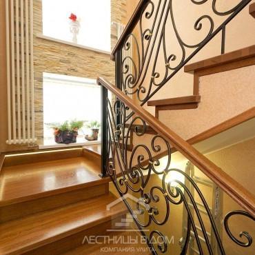 Дубовая лестница с кованым ограждением и подсветкой г. Железнодорожный