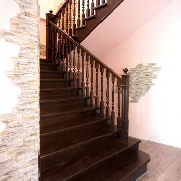 Обшивка лестницы на бетонном марше лиственницей, г.Ногинск