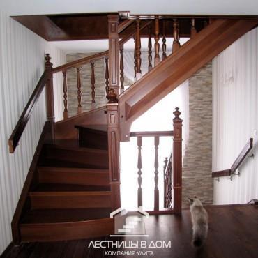 Классические лестницы в частном доме с балюстрадой, г. Железнодорожный