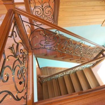 Обшивка бетонной лестницы дубом с кованым ограждением г. Железнодорожный